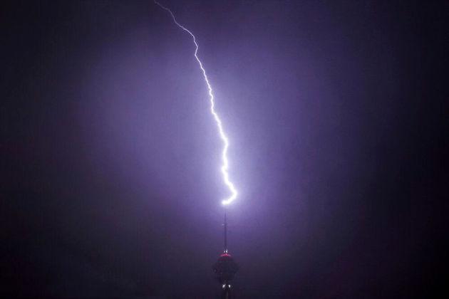 35883 908 - لحظه شگفتانگیز برخورد صاعقه با برج میلاد