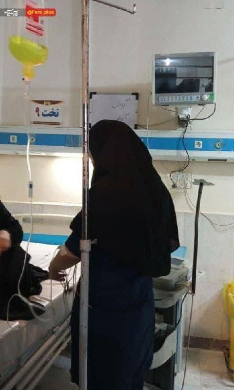 مرضیه کاظمی پرستار بخش اورژانس بیمارستان شهید چمران خوزستان سرم به دست در حال رسیدگی به بیماران است + بیوگرافی